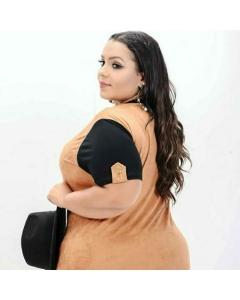 Blusa Plus Size suede de malha feontal e Costas mangas lisas em preto com detalhe martingale botão